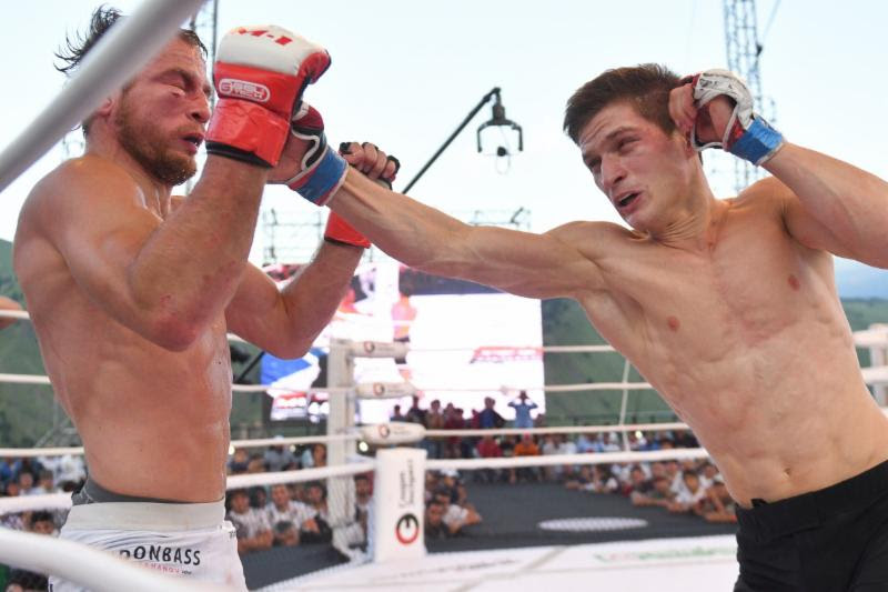 Movsar Eloev (R) defeated Pavel Vitruk
